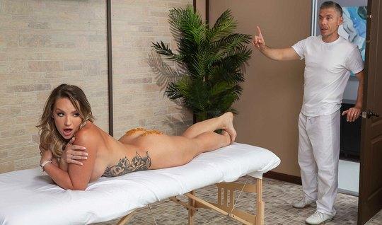 Красивая телочка во время массажа подставляет попу для анального секса