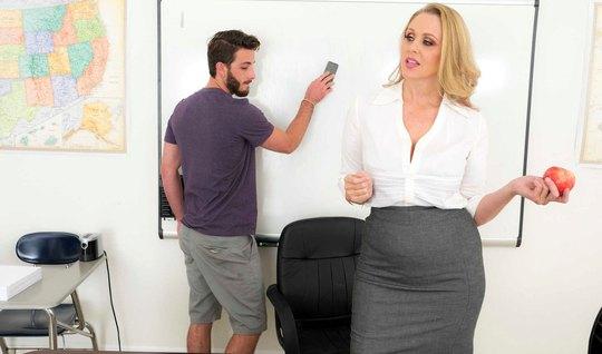 Молоденькая старлетка после дрочки в офисе занялась сексом с мужиком