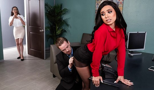 Брюнетка с волосатой киской и в чулках занимается сексом с начальником