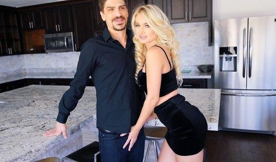 Наталья Старр на кухне отсосала мужику и трахнулась в писю до оргазма
