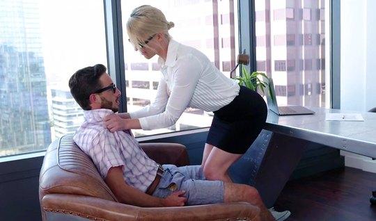 Зрелая красавица босс пригласила секретаря в кабинет и трахнула его
