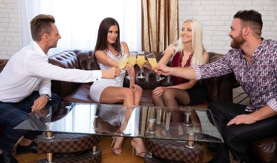 Свингеры на диване устроили групповой секс вчетвером и получили много оргазма