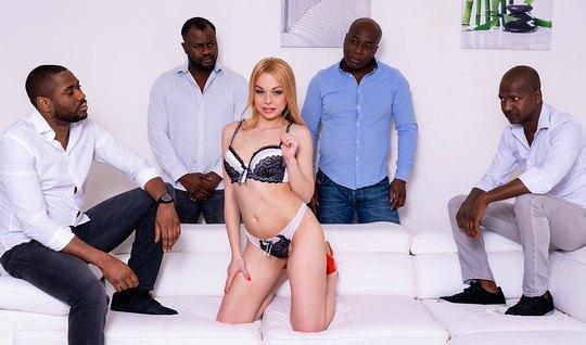 Худенькая блондинка согласилась на групповой секс с накаченными неграми