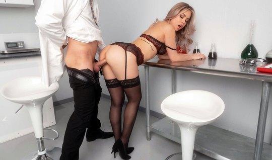 В офисе молодая блондинка в чулках соблазнила мужика на реальный секс