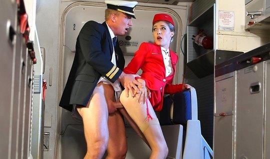 Красавица секретарша раздвинула ноги в чулках для страстной порки с пилотом