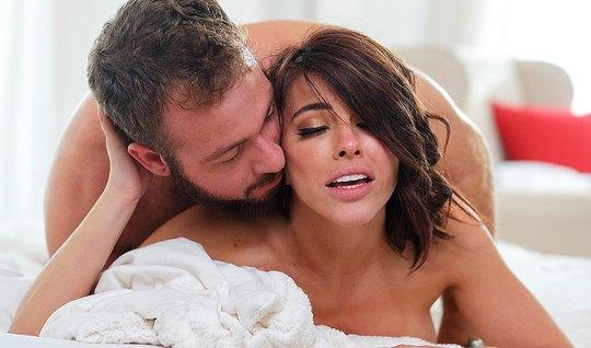 Брюнетка после королевского минета кончает во время нежного секса с другом