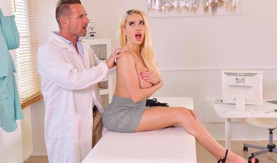 Блондинка с большими дойками в медицинском офисе получила оргазм от доктора