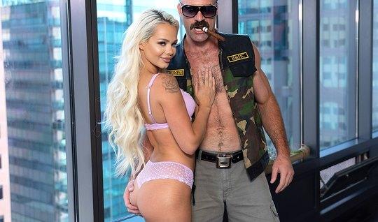 Худая блондинка во время кастинга кончает от секса в позе раком