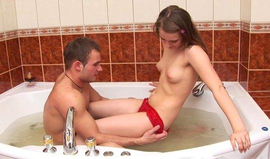 Русские муж с женой занимаются в ванной романтическим анальным сексом