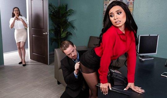 Начальник развлекается в кабинете с волосатой секретаршей в чулках и имеет без преза