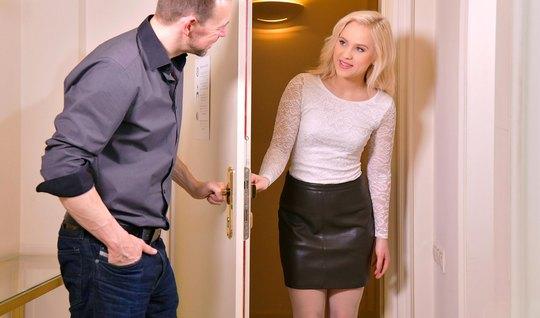 Мужик позвал на качественный секс русскую блондинку и словил кайф от ее дырочек