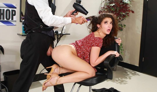 В салоне красавица полирует волосатым аналом раком большой стояк стилиста