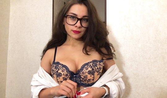 Русская красотка в очках подарила бойфренду незабываемый домашний трах