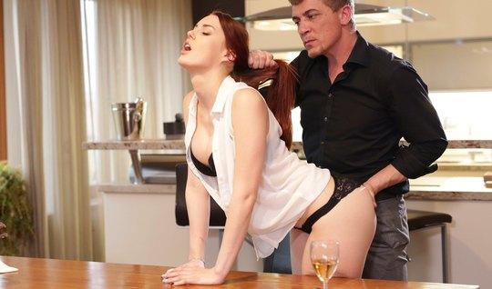 Качок наказывает рыжую подружку хардкорным трахом в писечку на кухне