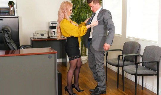 Сисястая ассистентка в офисе раздвинула ноги в чулках перед новым директором