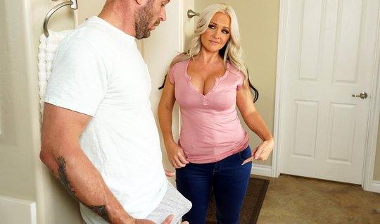 Мамка спустила джинсы для того, чтобы заняться глубоким аналом с любовником