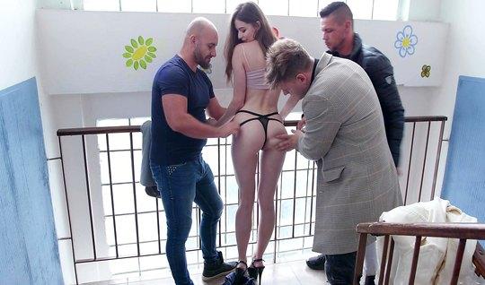 Парни сняли русскую девушку и подарили ей двойное проникновение с оргазмом
