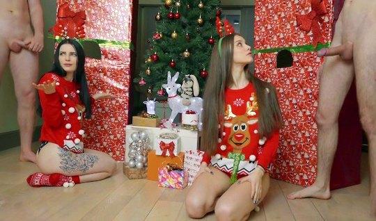 Две девушки перед Рождеством устроили для парней групповое домашнее порно