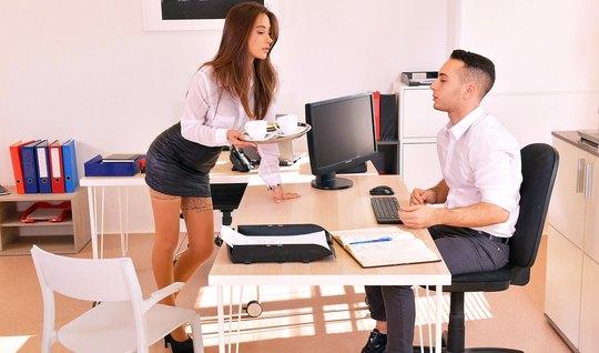 В чулках секретарша прямо в офисе подставляет сочную киску для вагинала с боссом