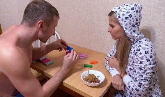 Во время обеда парень раздел подругу и снял с ней русское домашнее порно прямо на кухне