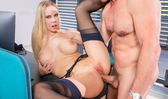 Блондинка в офисе раздвигает ноги в чулках для глубокого анала и кончает от восторга