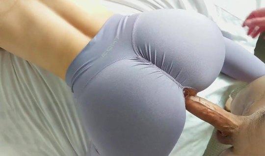 Рыжая девушка в лосинах не отказала другу в съемке домашнего порно крупным планом