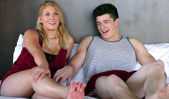 На кастинге блондинка и ее парень занимаются сексом на большой кровати