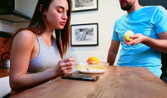 Девушка на кухне не прочь участвовать в съемке домашнего минета на видео камеру