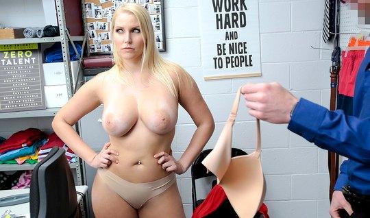 Зрелая блондинка в офисе подставляет сочные щелочки для вагинала с охранником