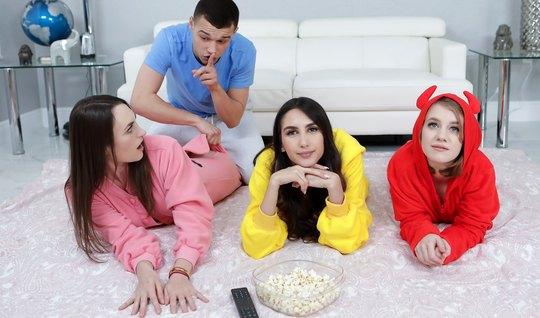 Три молодые развратницы подставляют дырочки для группового секса с одним членом
