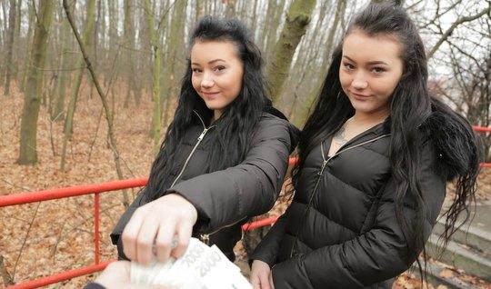 Две близняшки брюнетки во время пикапа трахаются на камеру с незнакомцем ради денег