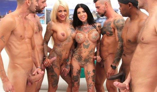 Татуированные развратницы во время группового порно кончают от двойного проникновения