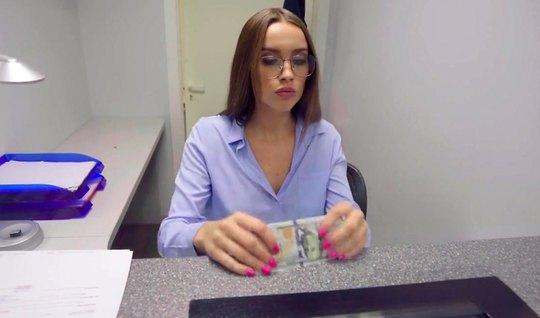 Русская девушка в очках не отказала парню за деньги в сексе от первого лица