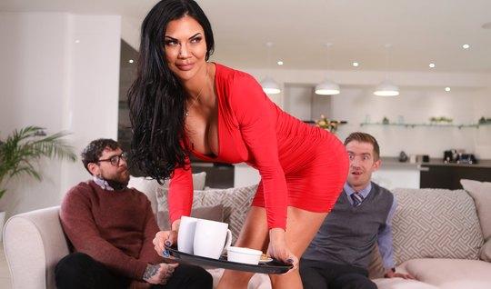 Мамка с большими дойками сняла свое красное платье и прыгает на члене молодого любовника