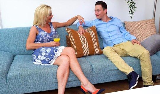 Зрелая блондинка на диване раздвигает ноги для секса с молодым пасынком