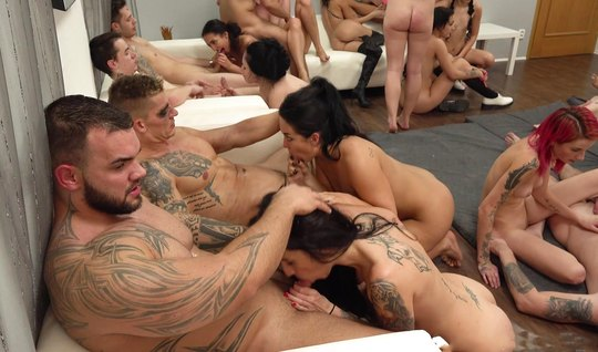 В одной комнате толпа озабоченных развратников устроили оргию со спермой и разнообразием поз