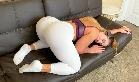 Девушка в лосинах трусит большой попой ради съемки домашнего порно с любовником