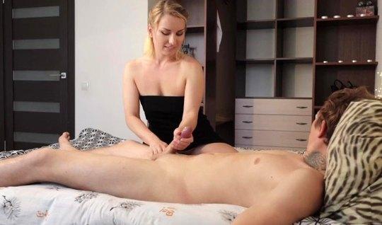 Мамка дрочит член парня и доводит его до оргазма, принимая сперму на руки