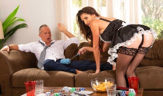 Зрелая горничная в чулках прямо на диване трахается со своим хозяином