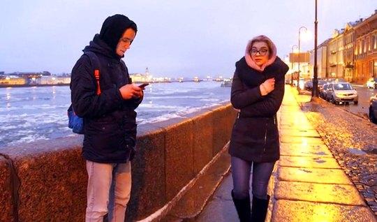 Русская молодая блондинка в очках прыгает на члене паренька и кончает