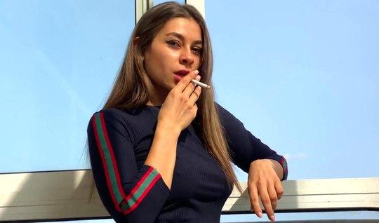 Русская девушка после сигареты решила сняться в домашнем порно от первого лица