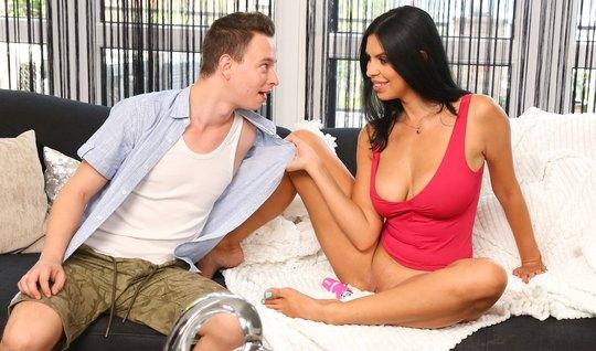 Мамка в красном топике раздвигает стройные ноги для секса с сыном мужа