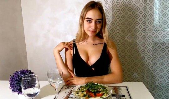 Русская девушка после завтрака наслаждается съемками домашнего порно видео