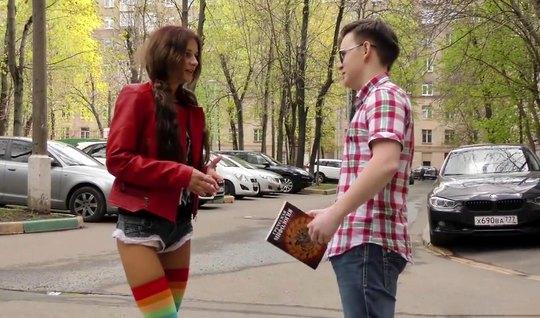 Молодой парень пикапер снял на улице худую красотку и снял с ней русское порно
