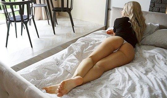Блондинка с длинными ногами и ее парень решили снять на камеру домашнее порево