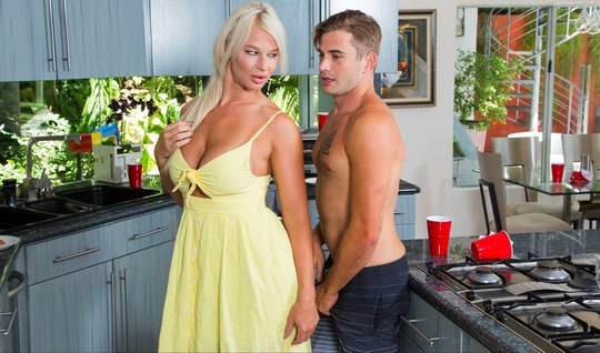 Мамка блондинка во время завтрака захотела заняться сексом с молодым парнем