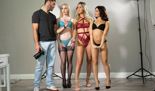 Три модели после фото сессии подставили свои киски для группового секса с фотографом