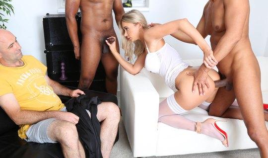 Блондинка в чулках изменяет мужу с неграми и кончает от двойного проникновения