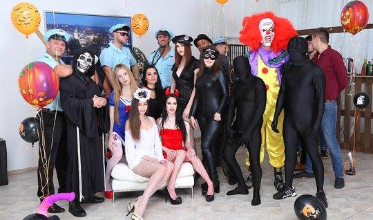 Толпа возбужденных мужчин и девушек устроили групповую оргию во время Хэллоуина