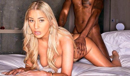 Блондинка с негром прямо на кровати занимаются сексом и кончают от вагинального траха